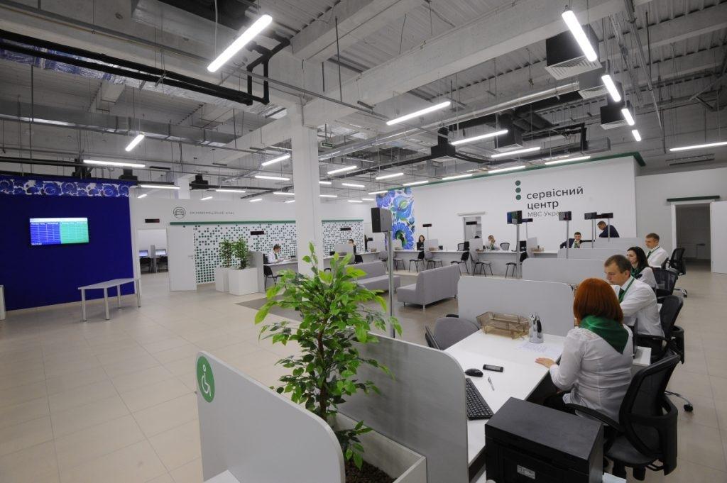Отримати дозвіл на працевлаштування іноземців можна буде через ЦНАП фото